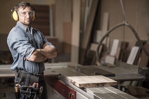 Holzexperte steht in seiner Werkstatt